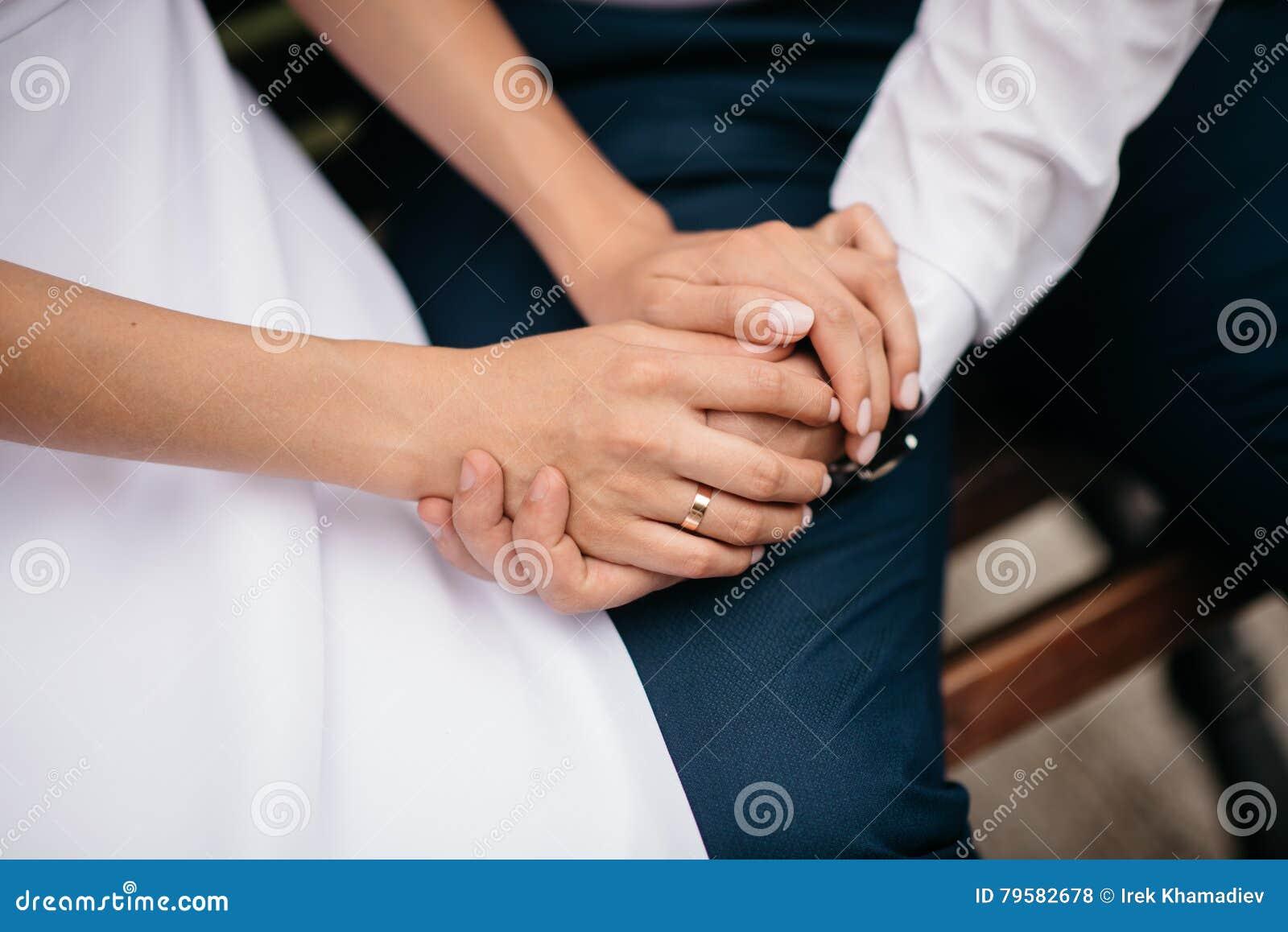 Recentemente wed il couple& x27; mani di s con le fedi nuziali