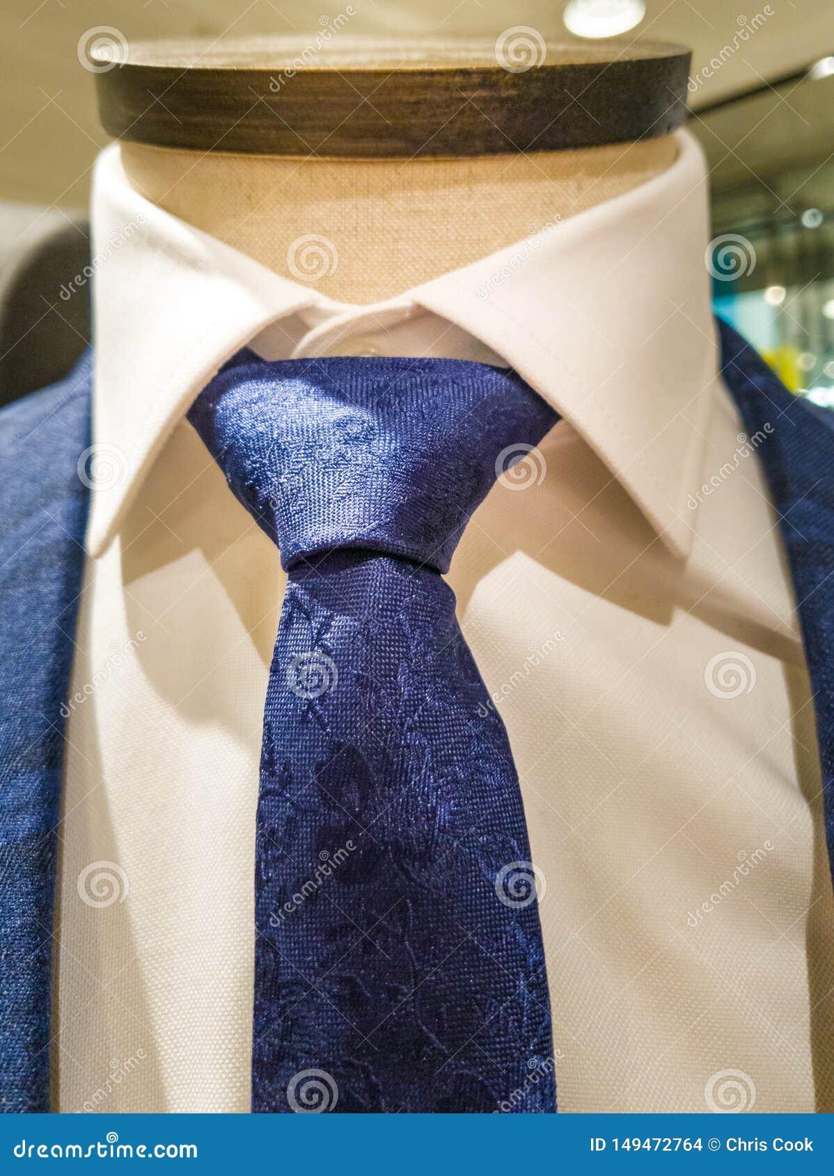 Recentste tendensen in Kostuum, overhemds en bandcombinatie - Marinekostuum en band - wit overhemd
