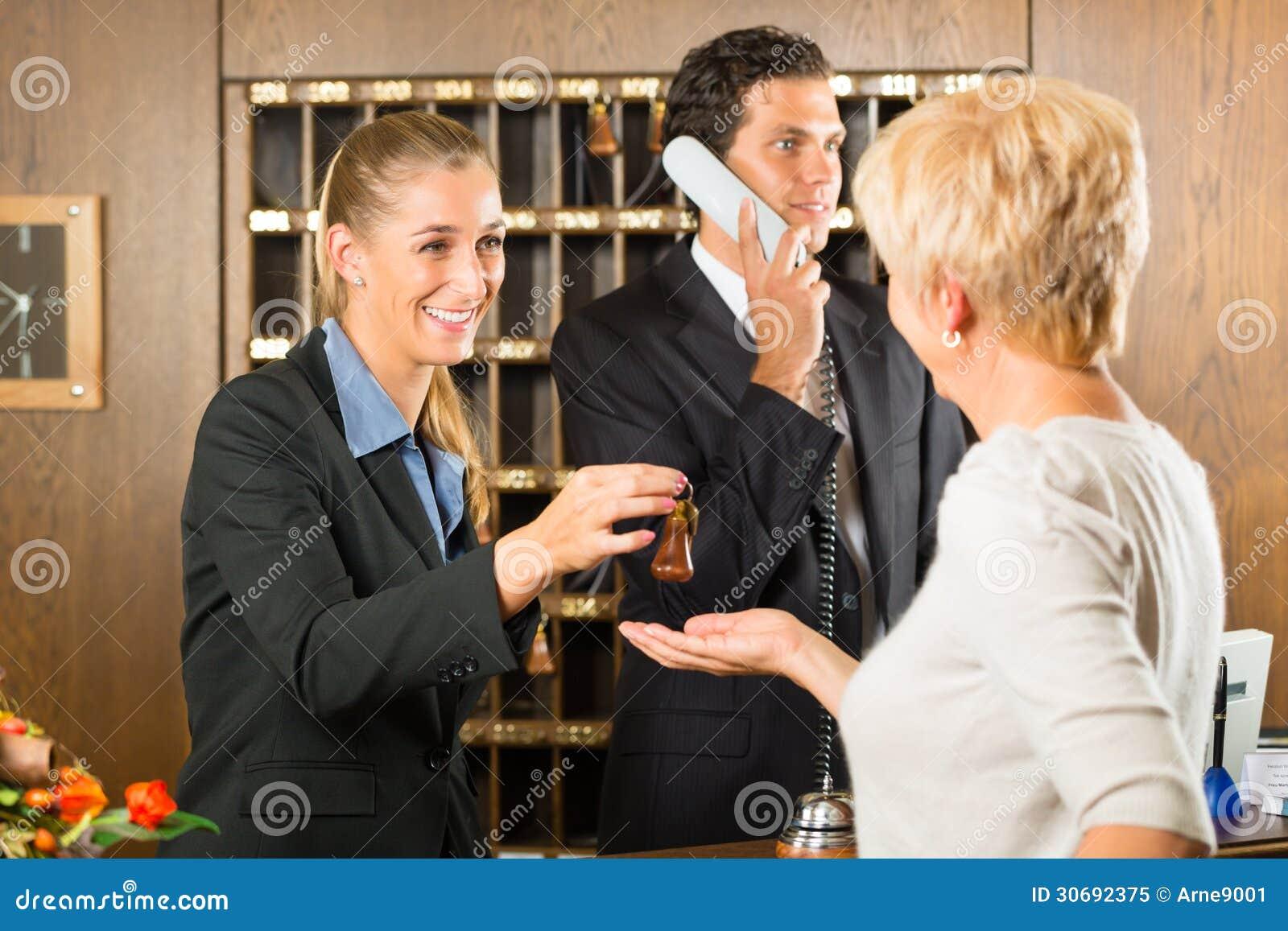 Recepção - convidado que verifica em um hotel