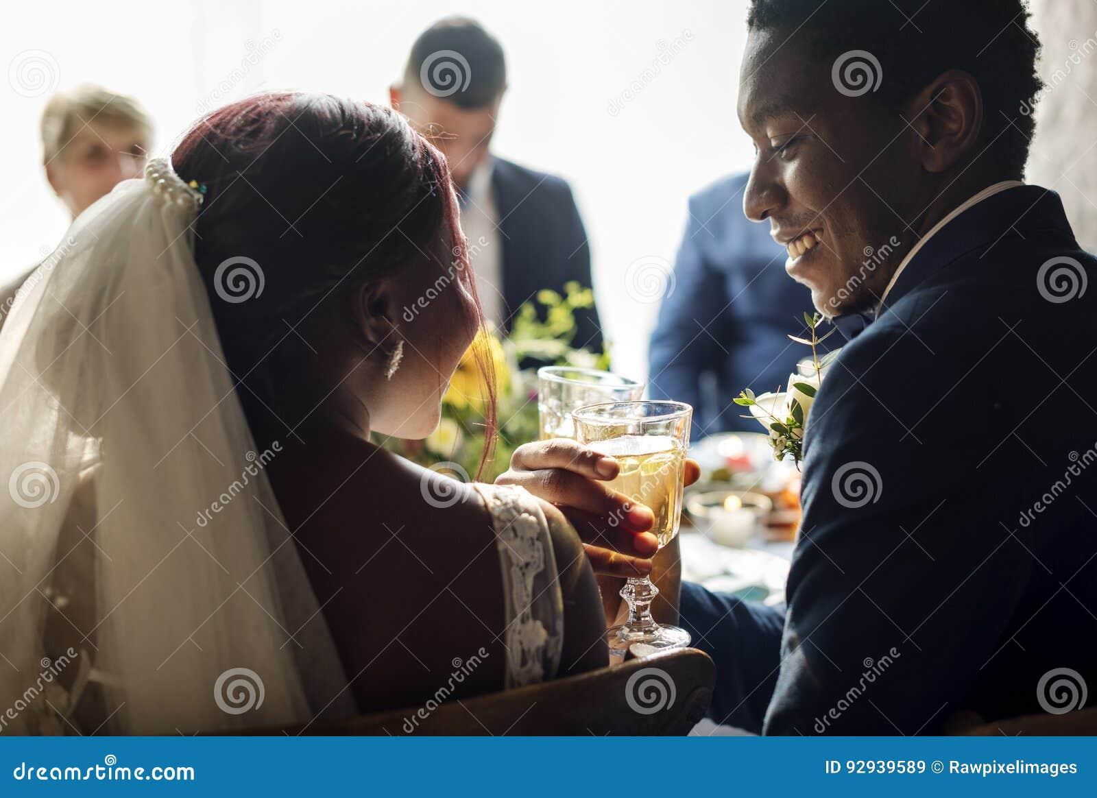 Recepção de Clinking Glasses Wedding dos noivos