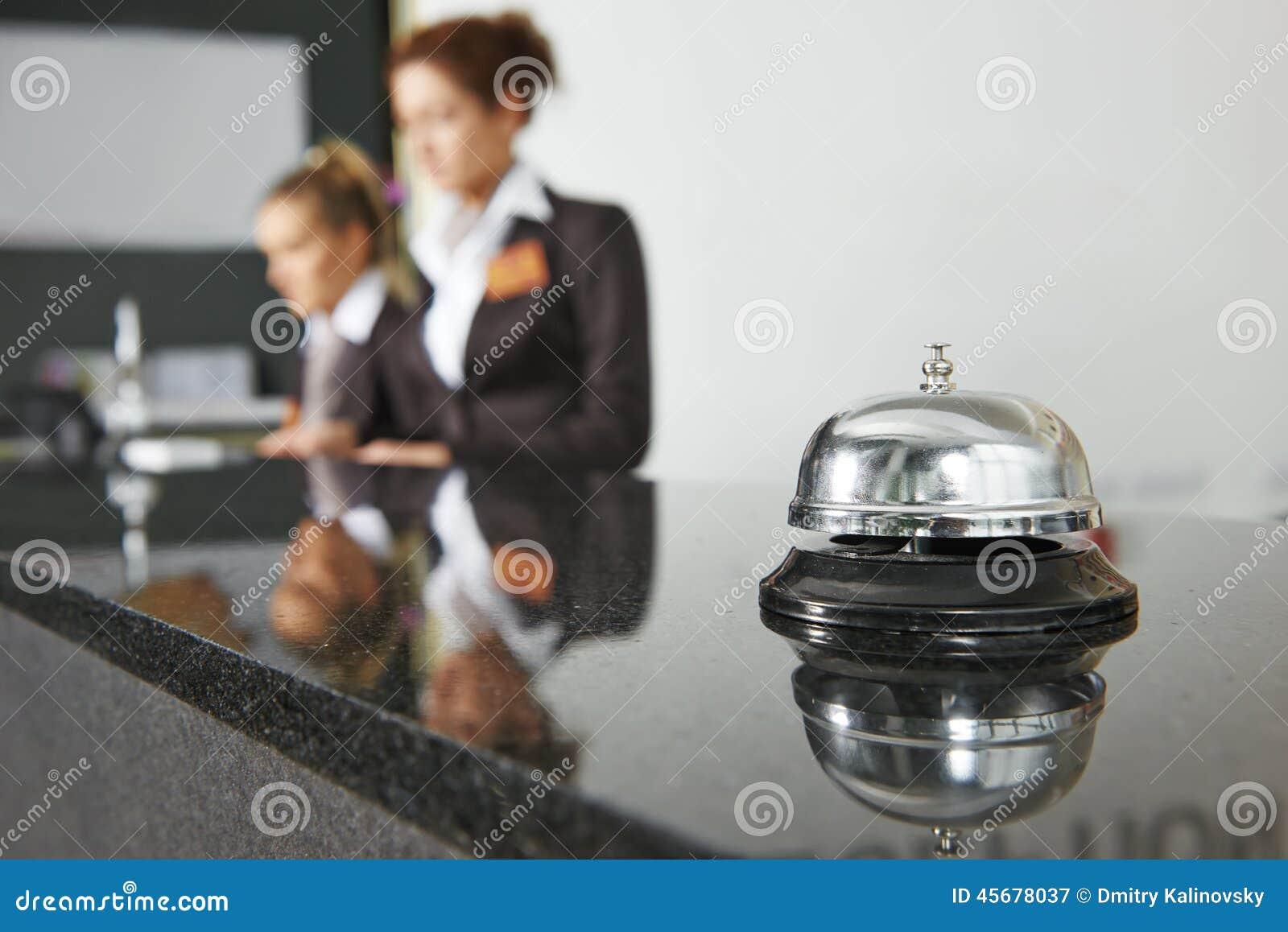 Recepção do hotel com sino