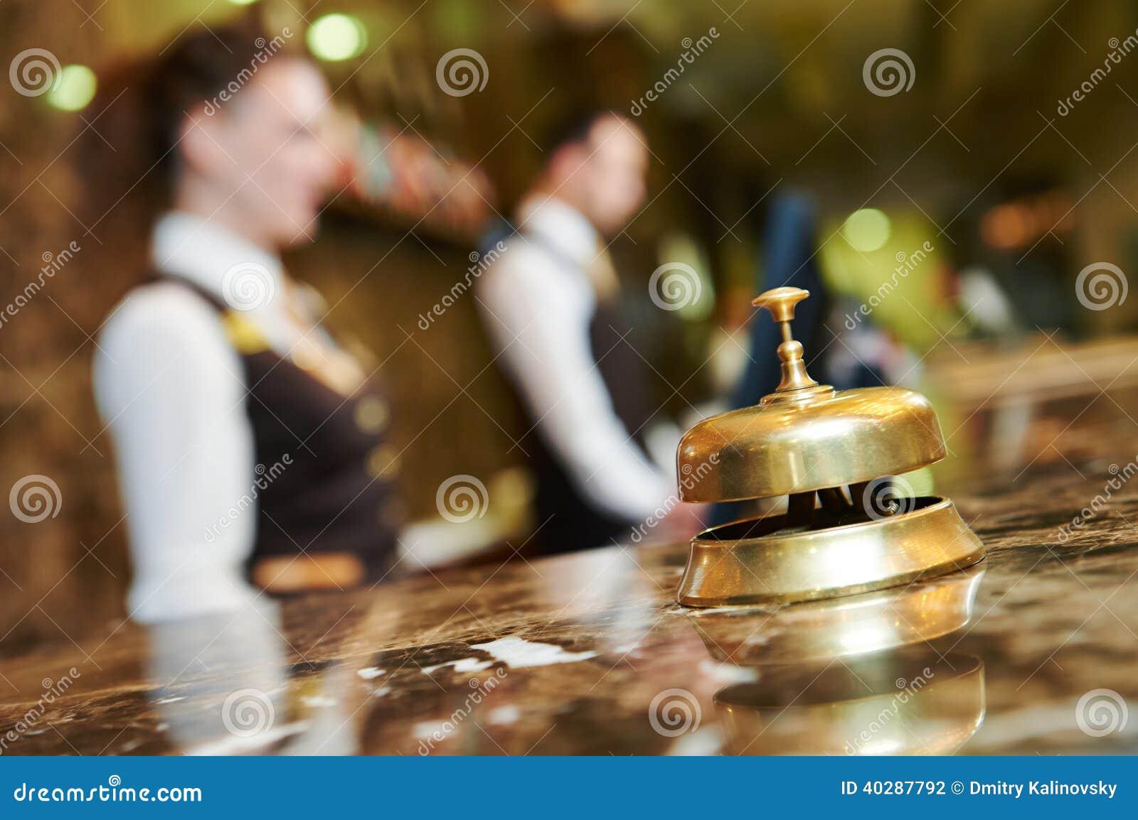 Recepción del hotel con la campana