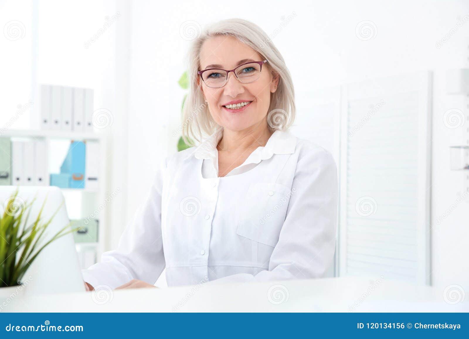 Recepcionista de sexo femenino mayor