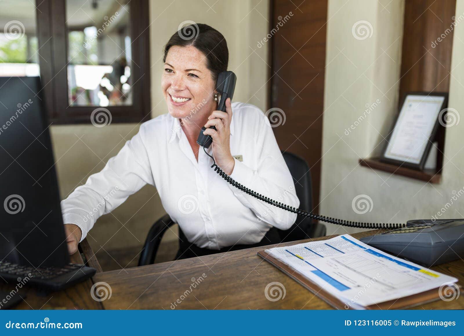 Recepcionista fêmea do recurso que trabalha na recepção