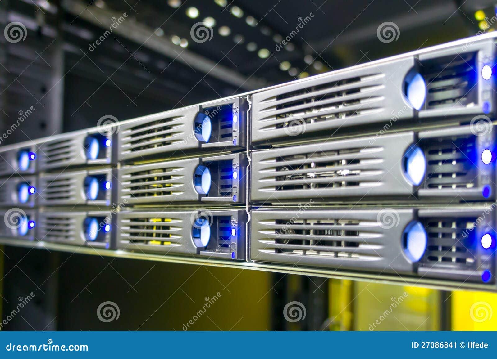 Rechenzentrumzahnstange mit Festplattenlaufwerken