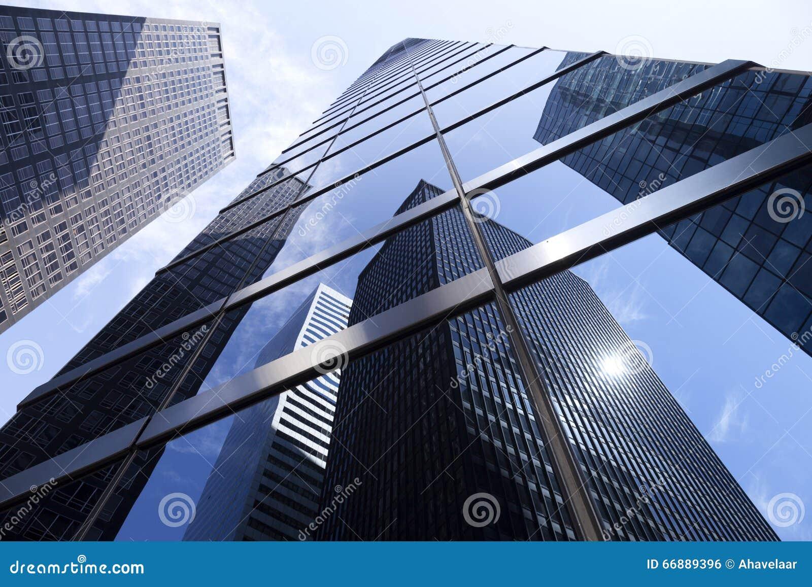 Recherche aux immeubles de bureaux modernes en verre et d acier en