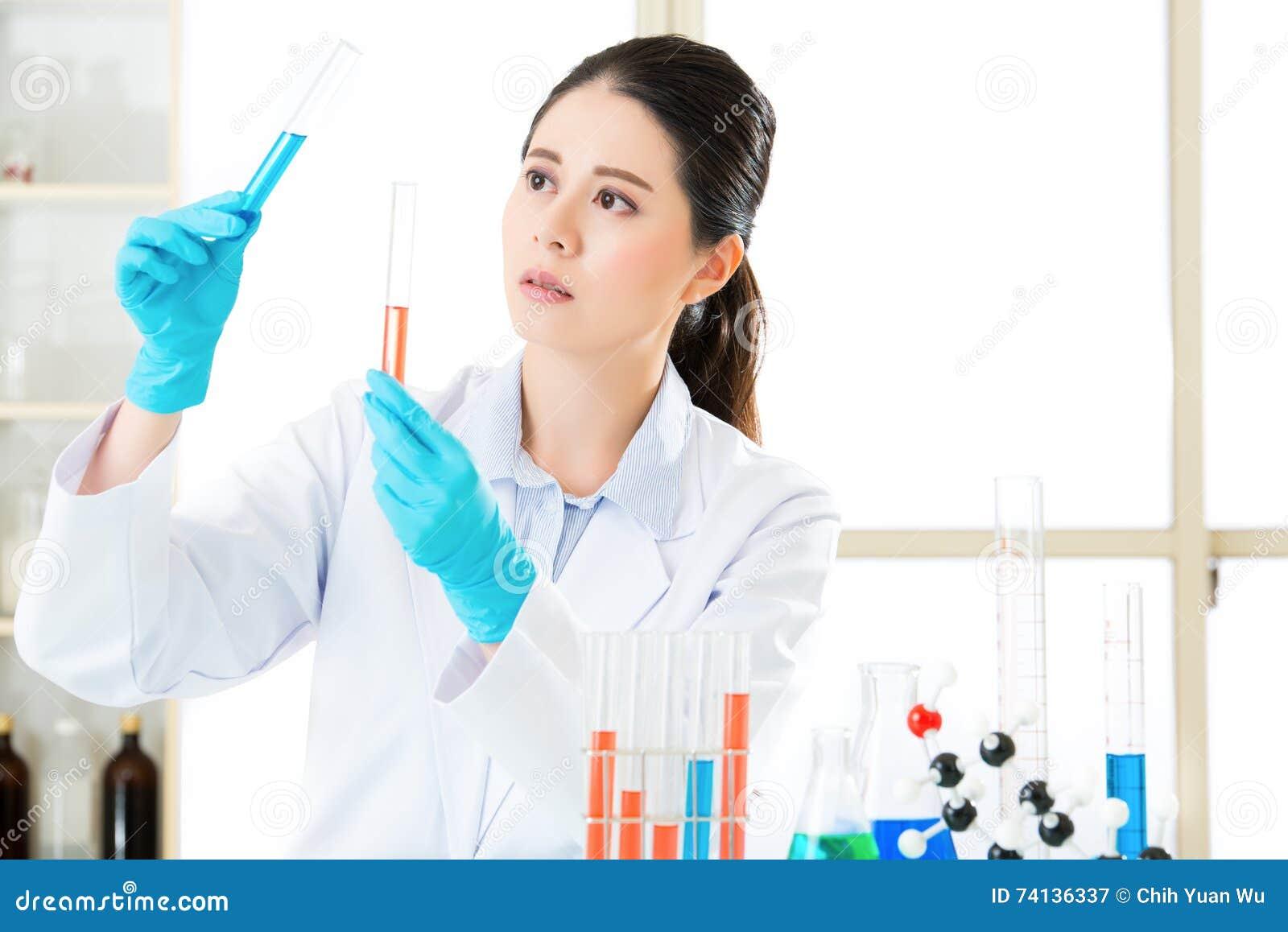 Recherche et développement légale femelle asiatique de scientifique