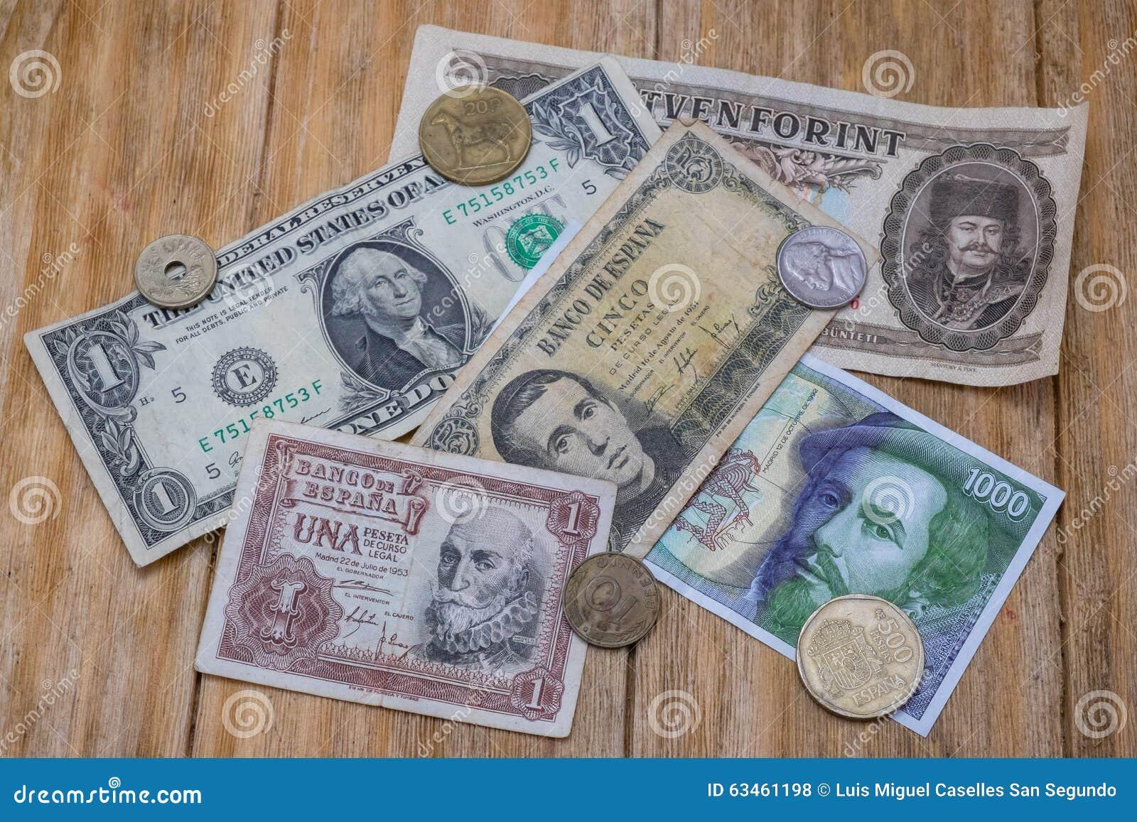 Rechnungen und Münzen von spanischen Peseten, von Dollar und von ungarischem Forint