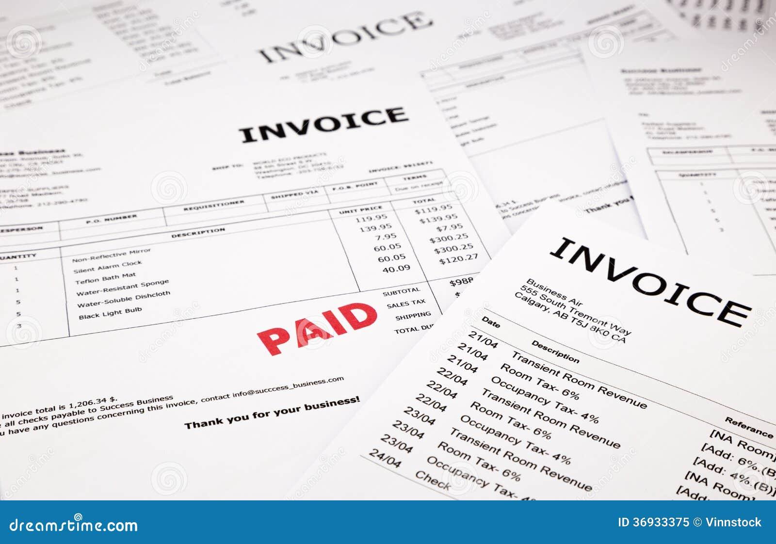Rechnungen und Rechnungen mit zahlendem Stempel