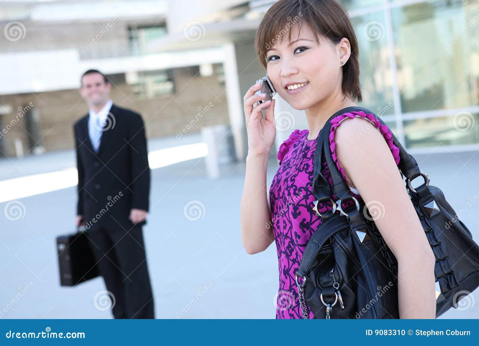 Recht asiatische Geschäftsfrau am Bürohaus