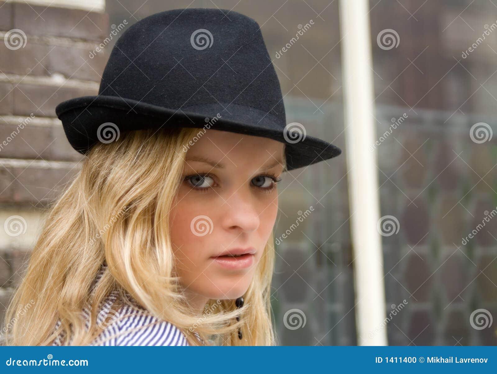 Blondine Hat Schwarzen