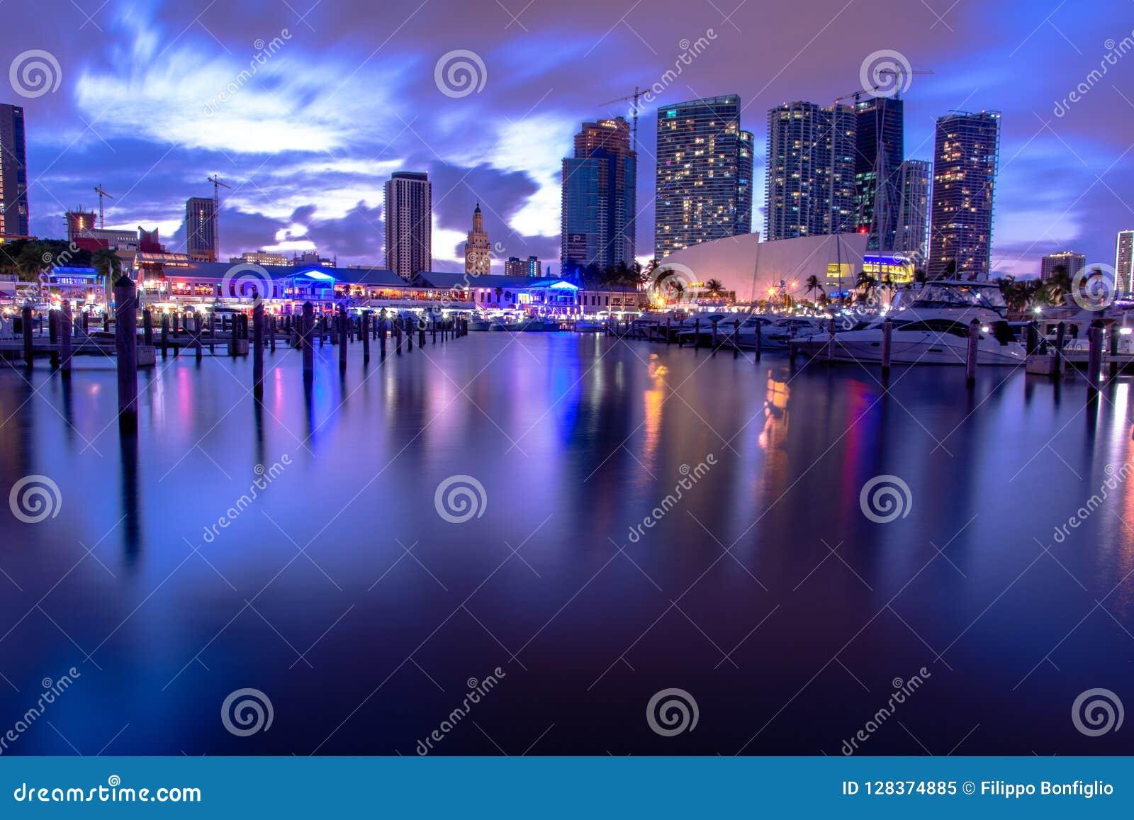 Recht het van de binnenstad van Miami na zonsondergang