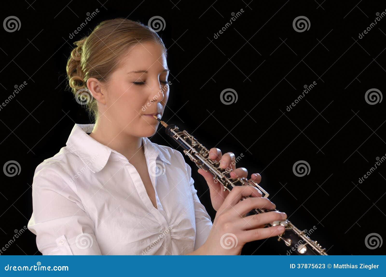 recht junge frau die oboe spielt stockbild  bild von