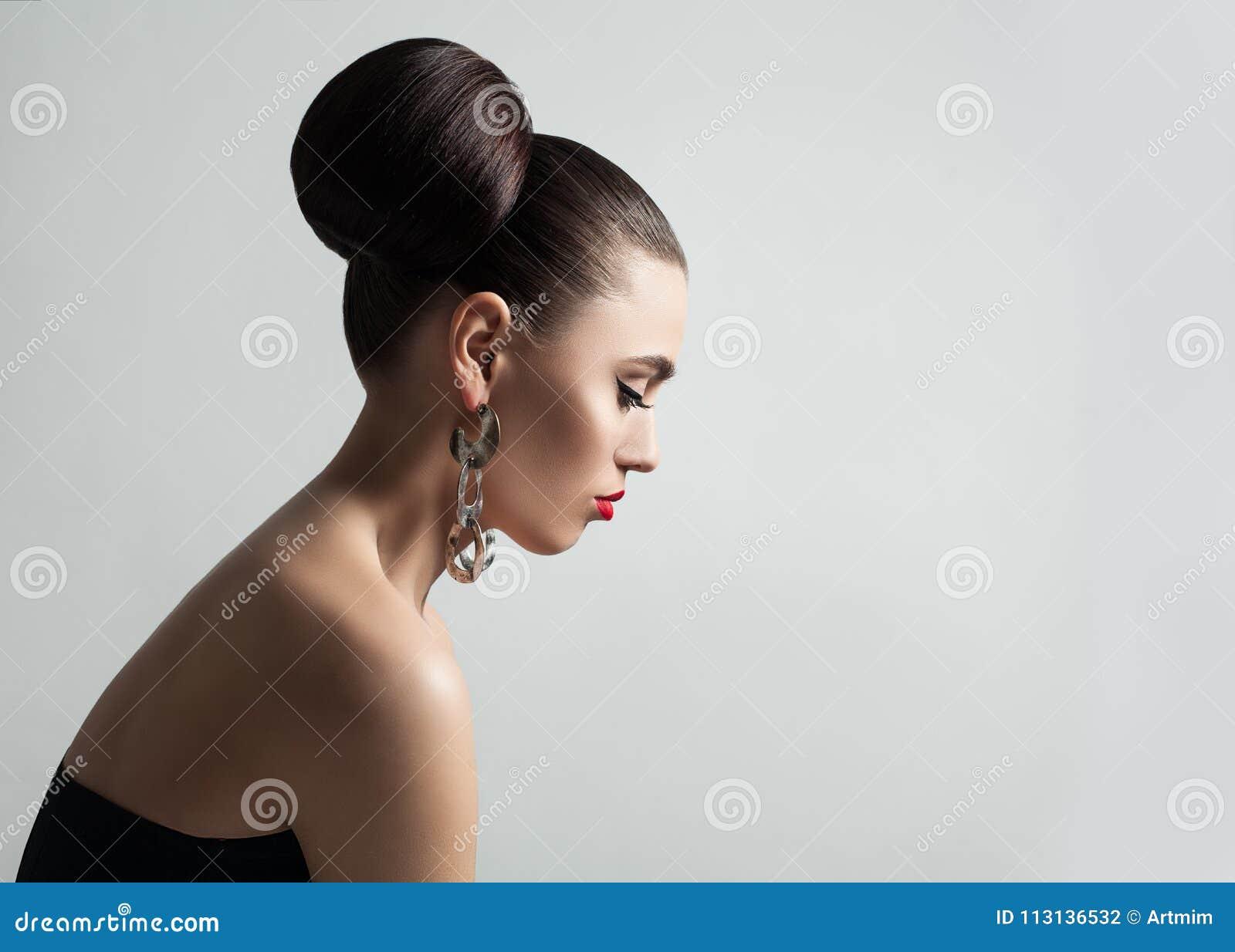 Recht Junge Frau Mit Haar Brotchen Frisur Und Eyeliner Bilden