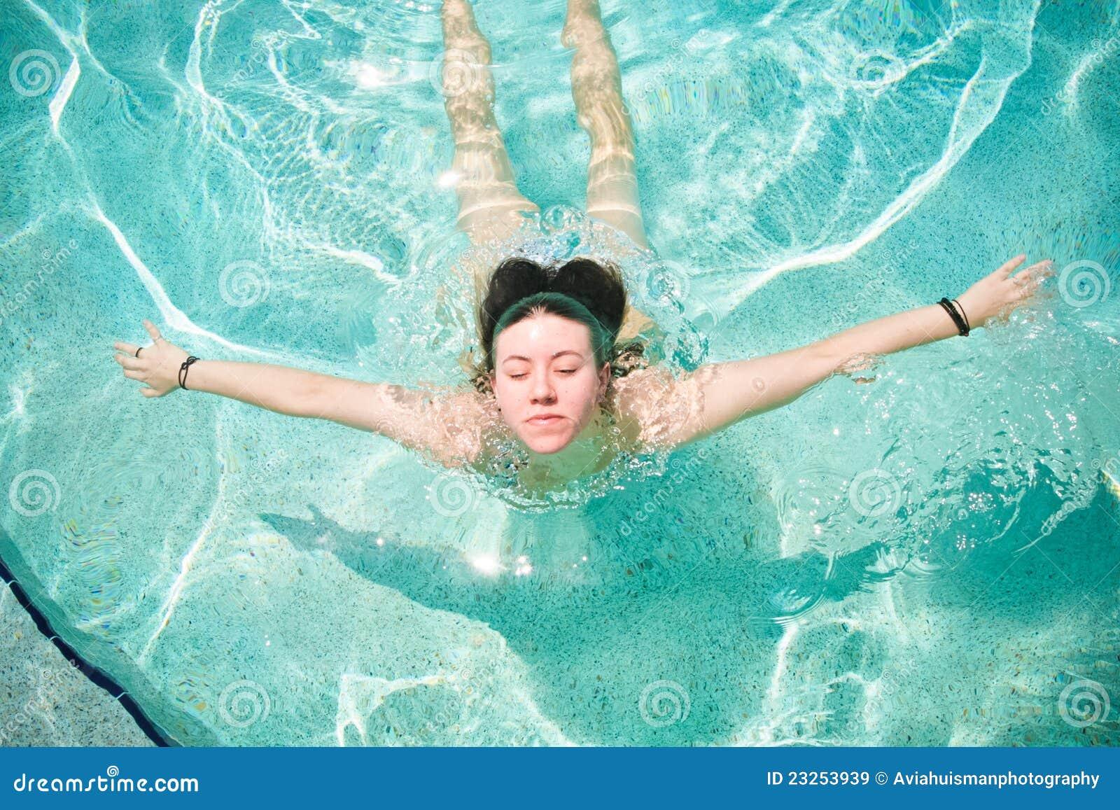 Recht junge Frauen-Schwimmen