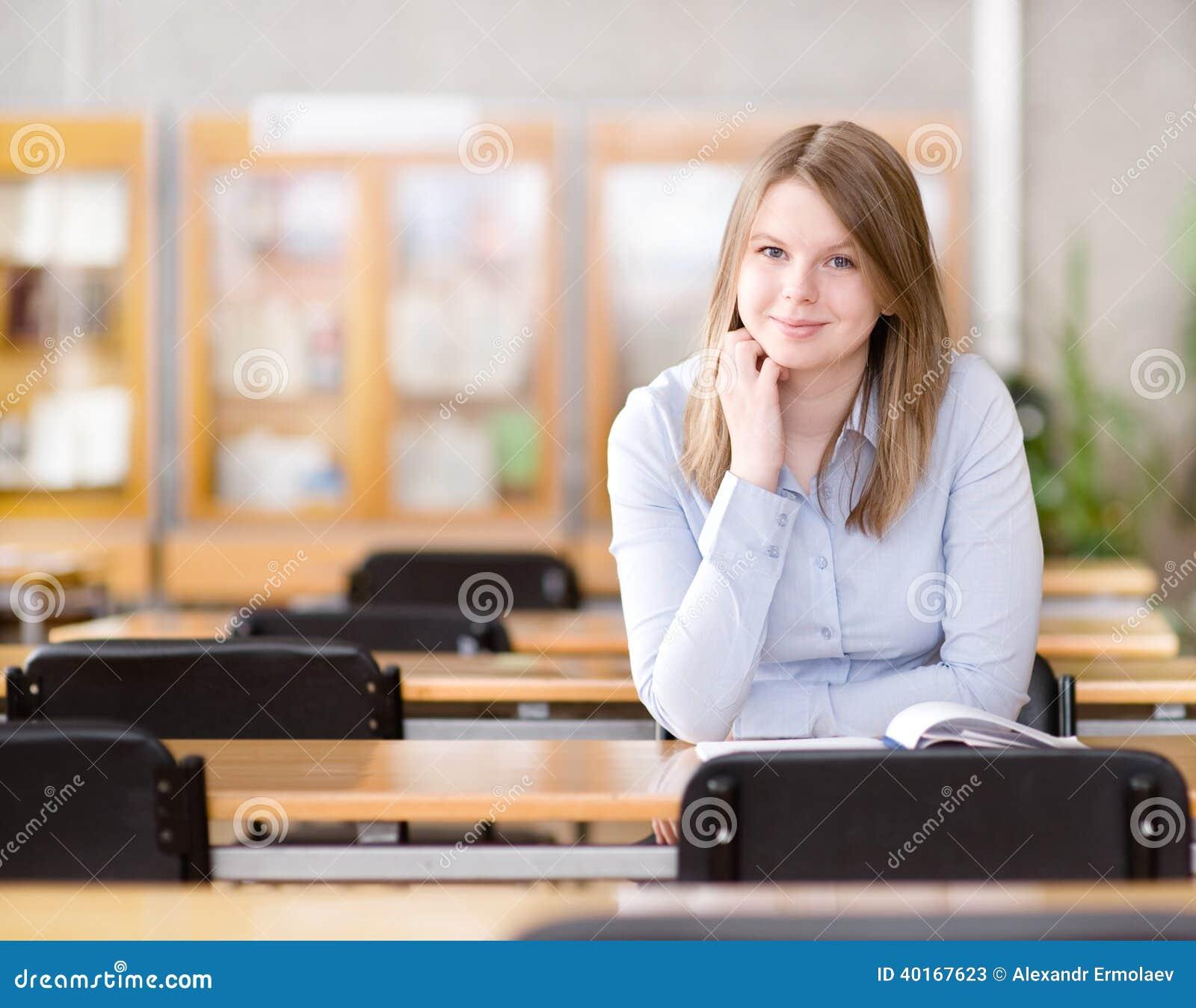 Recht junger Student in einer Bibliothek.