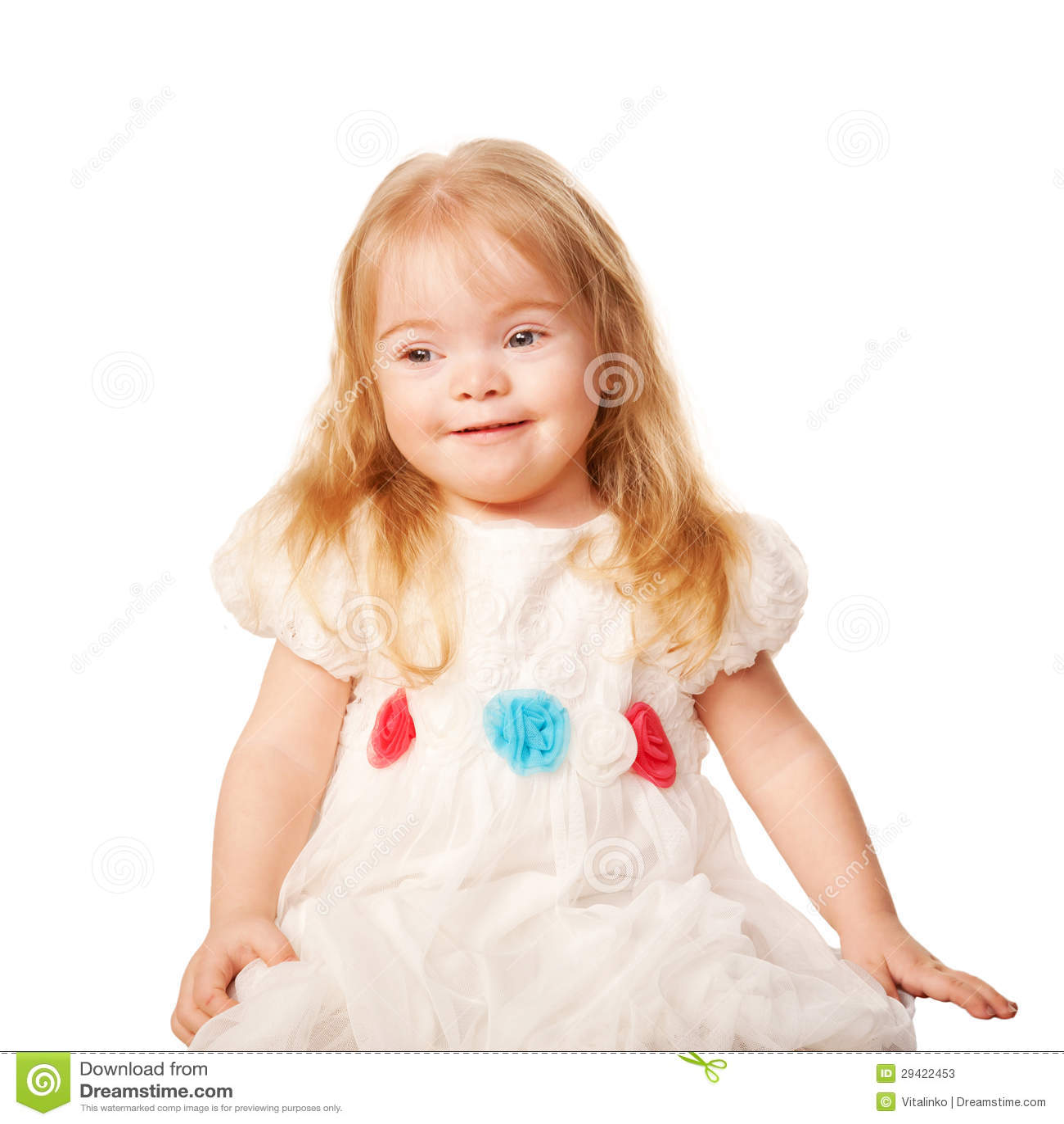 Recht kleines mädchen mit dem blonden haar und den blauen augen in
