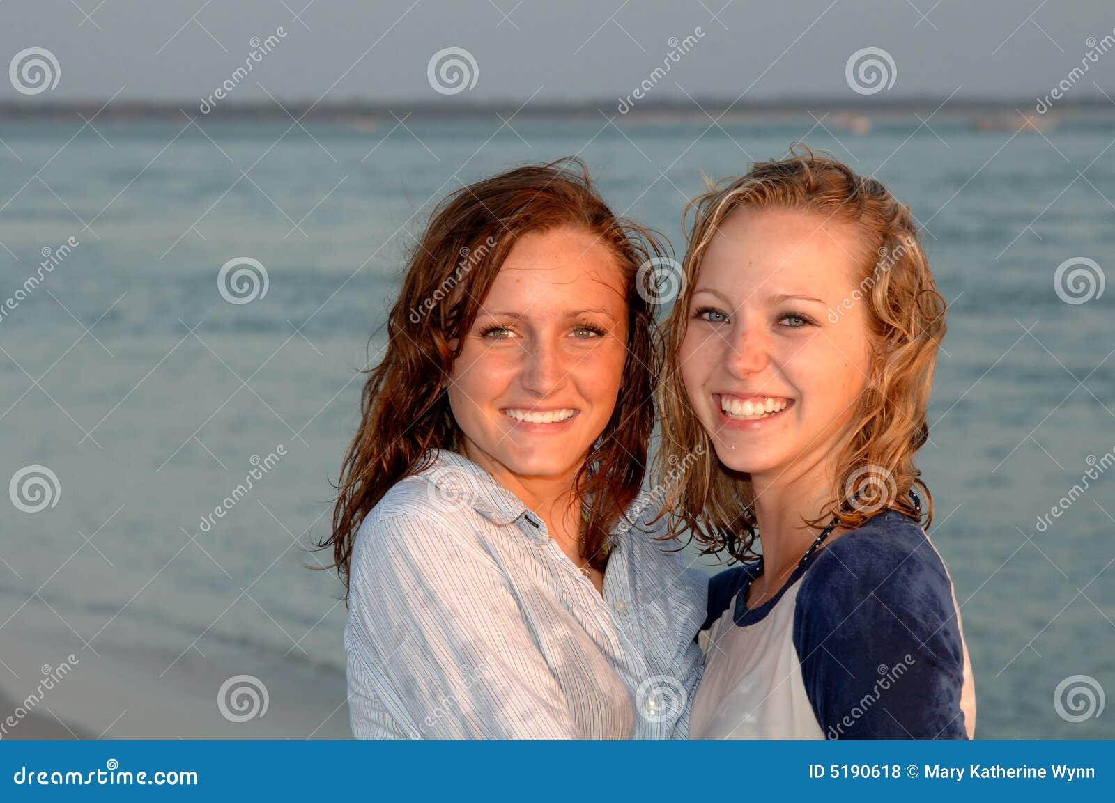Recht lächelnde jugendlich Gesichter am Strand
