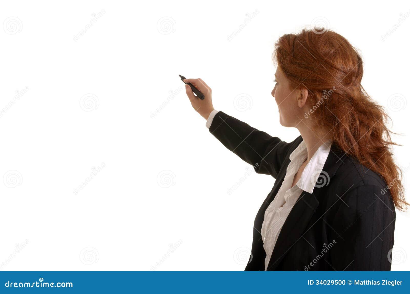 Recht rothaariges Geschäftsfrauschreiben mit Stift