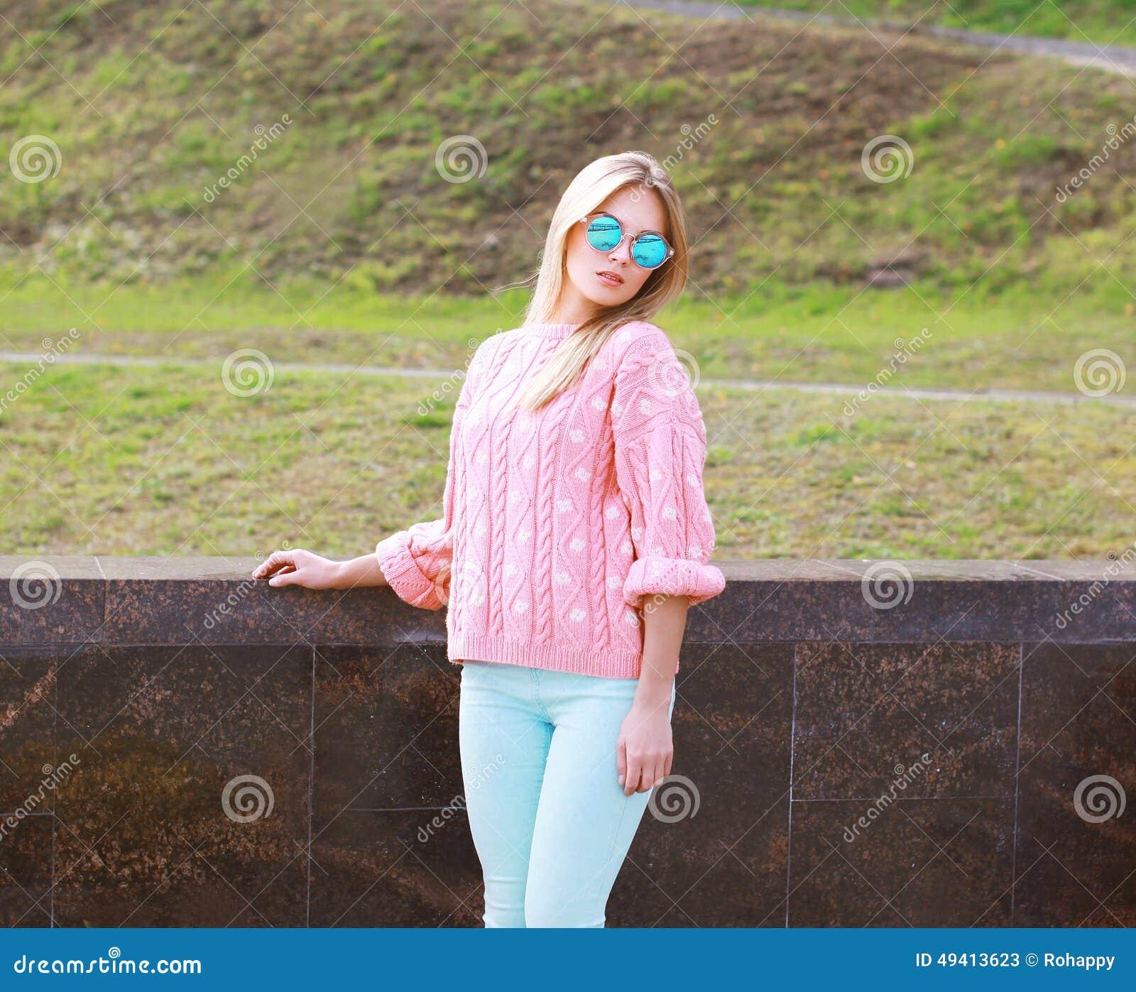 Download Recht Stilvolles Blondes Mädchen In Der Sonnenbrille Stockbild - Bild von recht, aufwerfung: 49413623