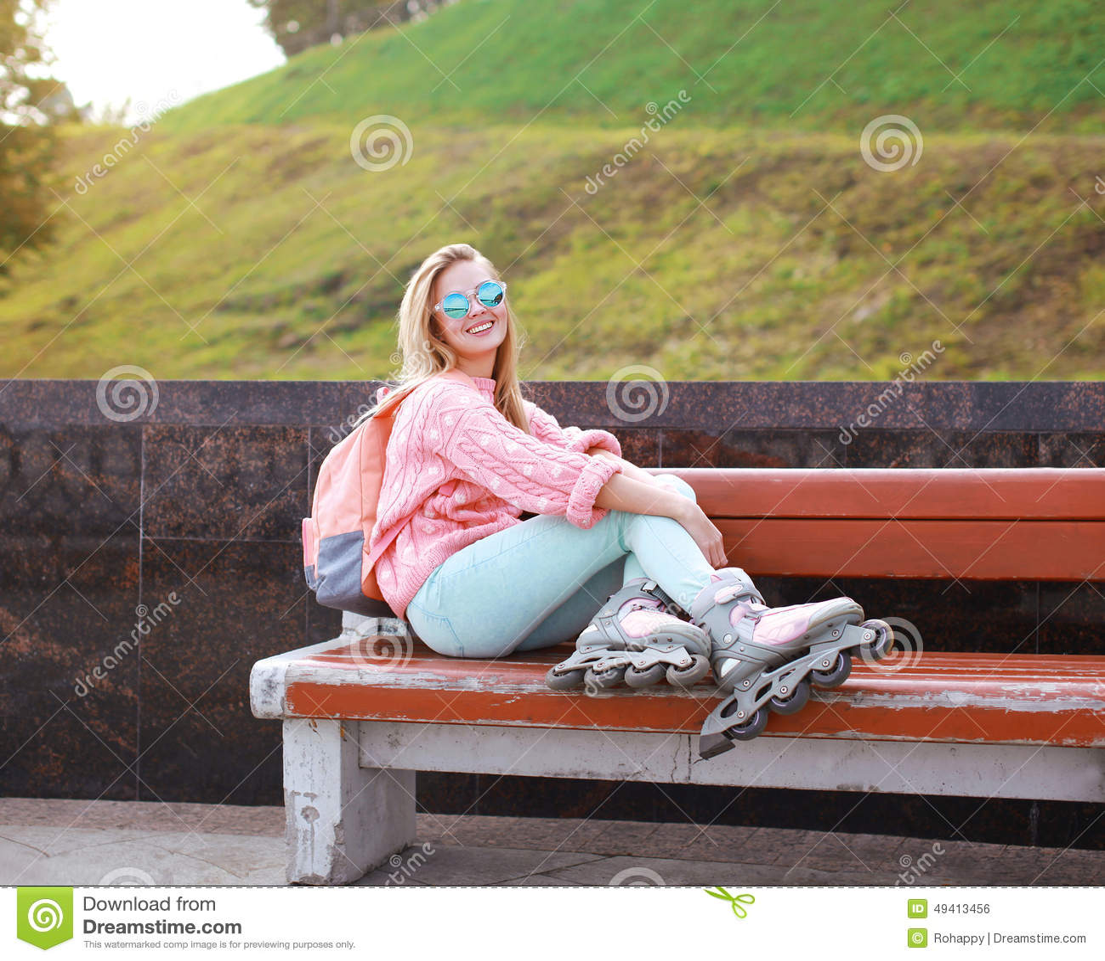 Download Recht Stilvolles Lächelndes Rollenmädchen Auf Der Bank Im Stadtpark Stockfoto - Bild von schön, extrem: 49413456