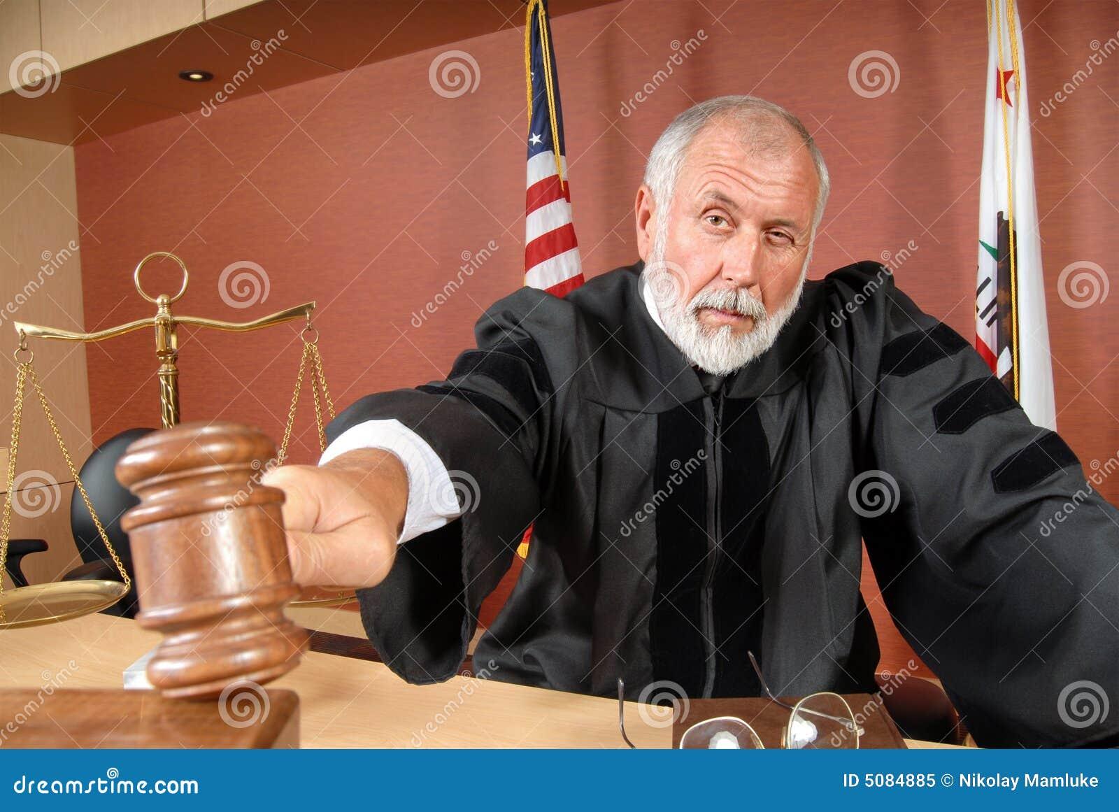 Rechter die zijn hamer met behulp van
