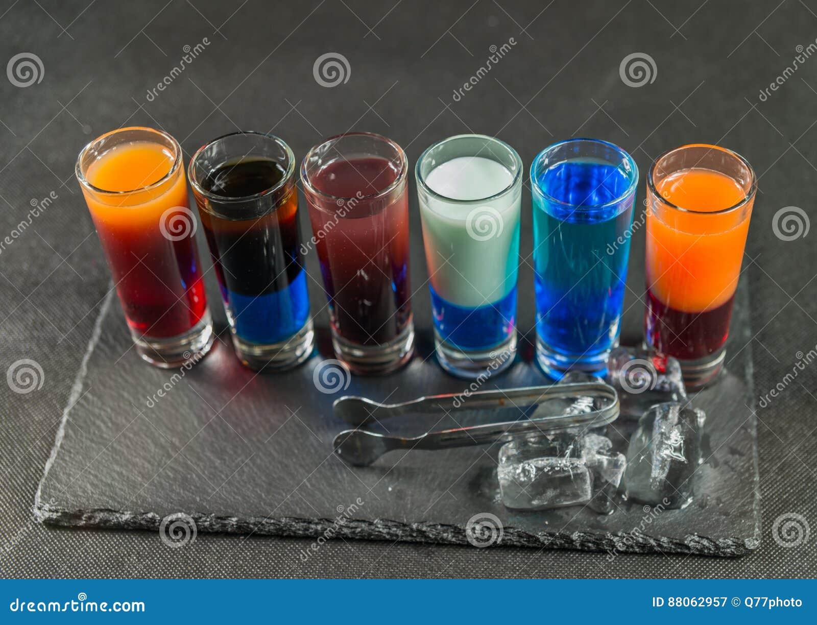 Rechterkantmening over zes verschillende gekleurde geschotene opgestelde dranken,