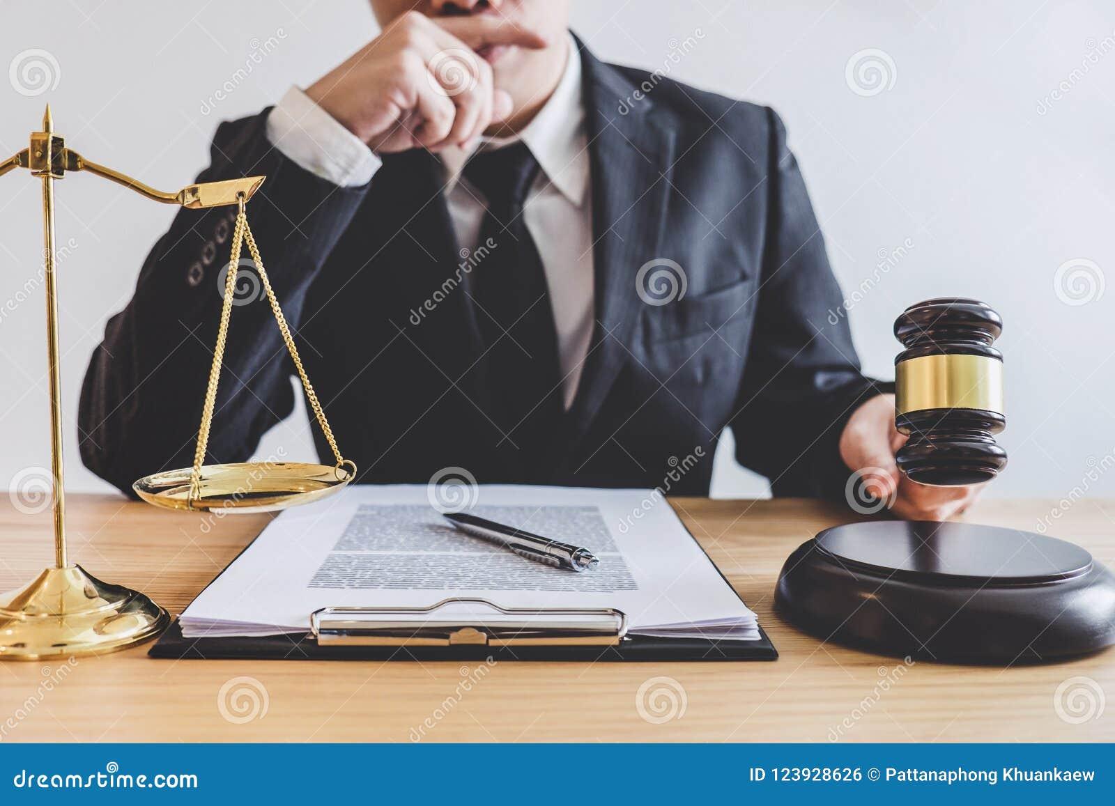 Rechtershamer met schalen van rechtvaardigheid, professionele mannelijke advocaten of