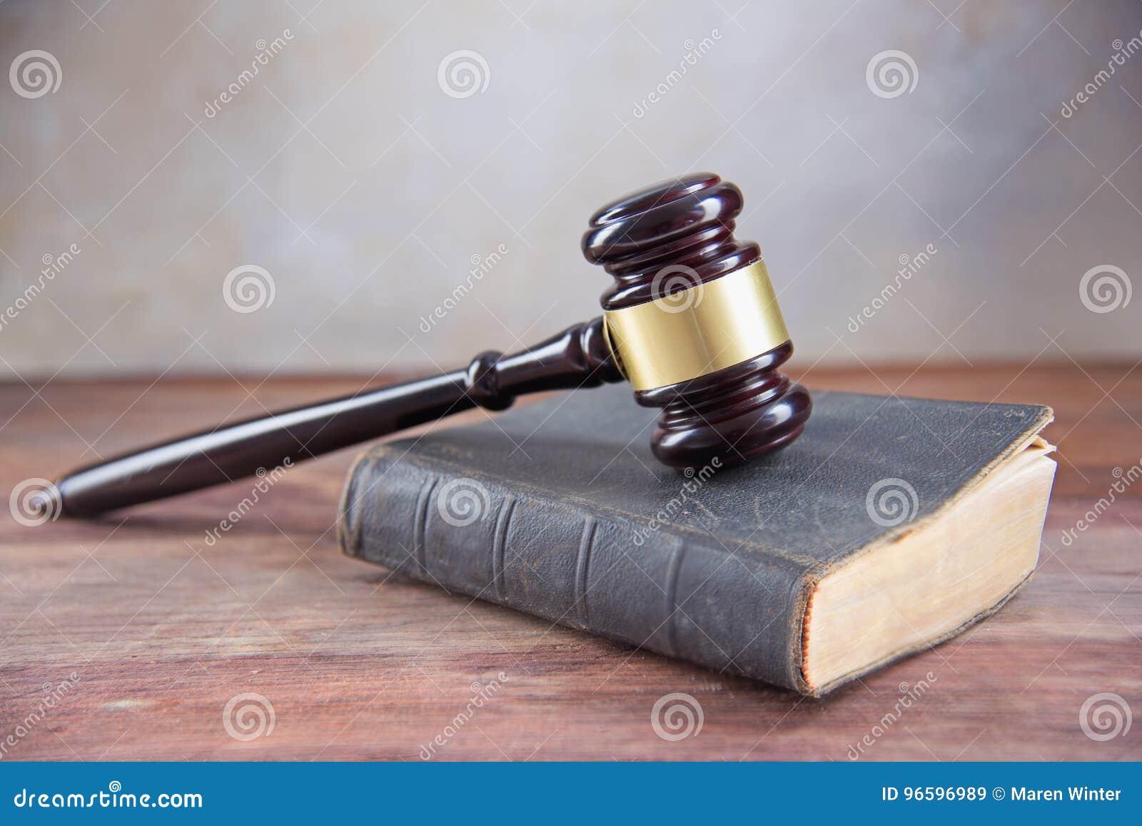 Rechtershamer op een oud boek op een rustieke houten lijst, concept voor