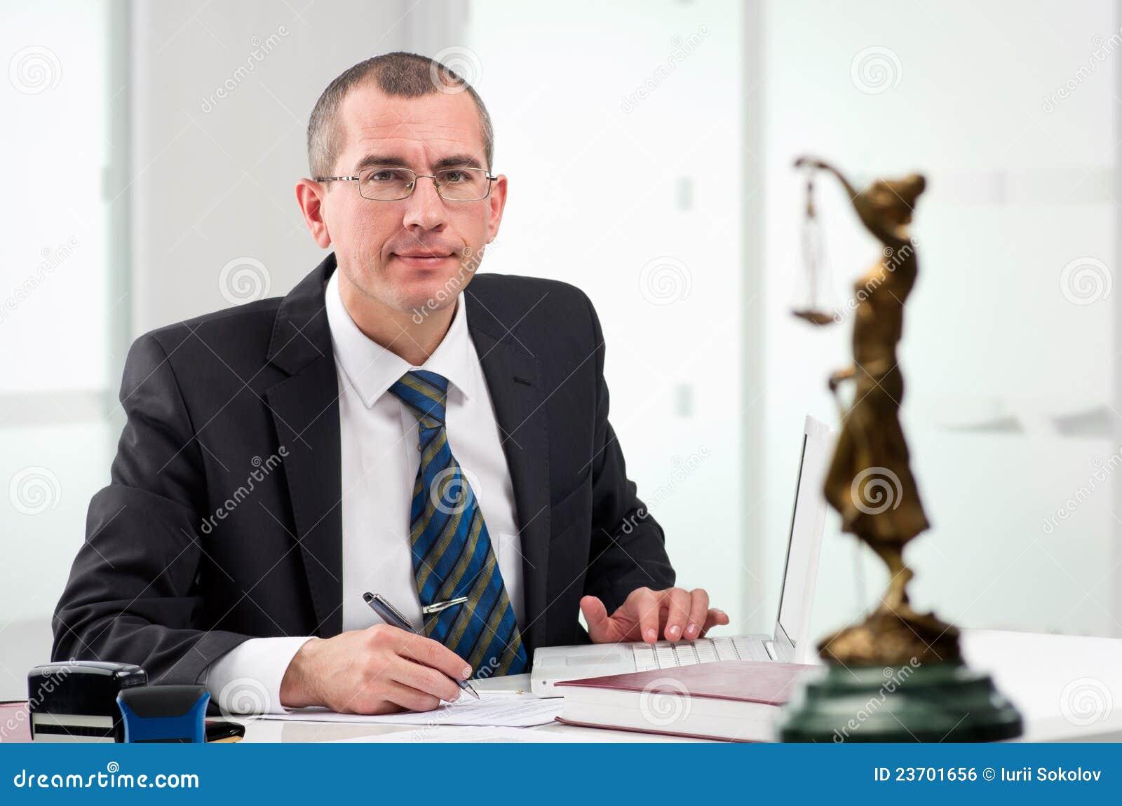 Rechtsanwalt auf seinem Arbeitsplatz