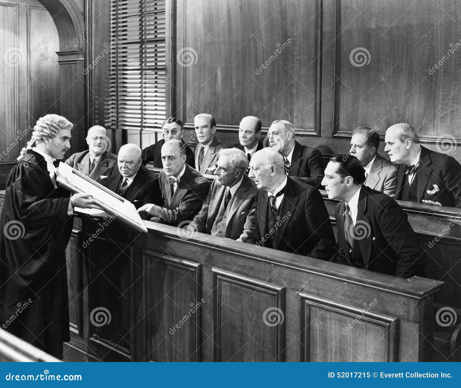 Rechtsanwalt, der der Jury Beweis zeigt (alle dargestellten Personen sind nicht längeres lebendes und kein Zustand existiert Lief