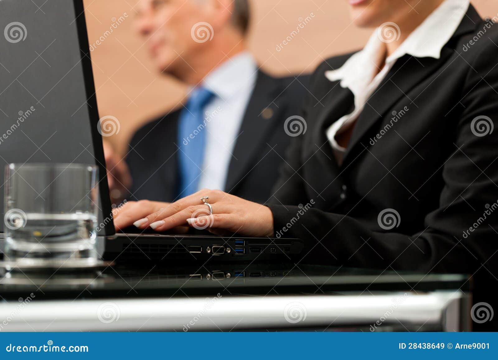 Rechtsanwalt mit seinem Sekretär
