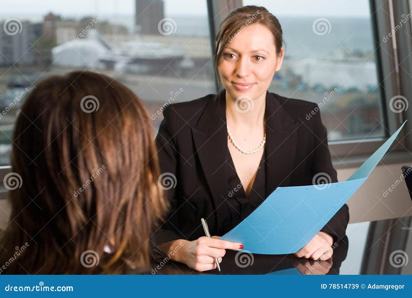 Rechtsanwaltberatung in einem Himmelbüro