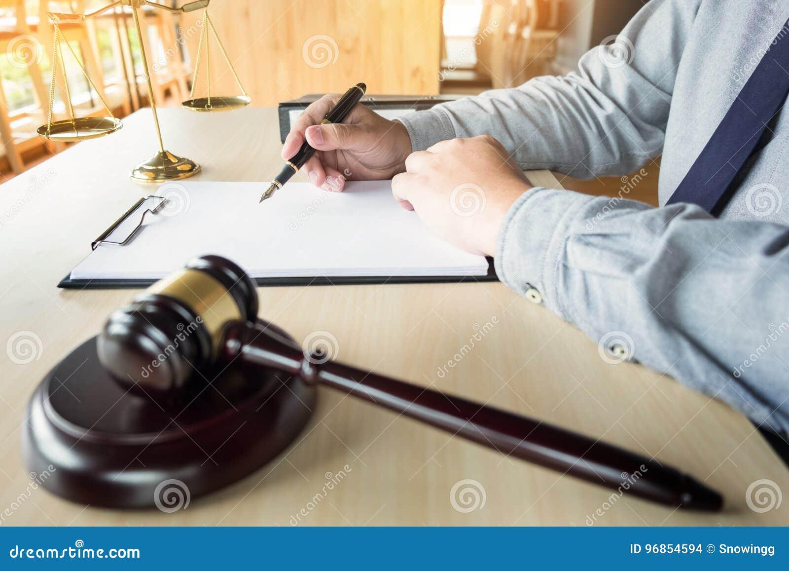 Rechtsanwalthand schreibt das Dokument vor Gericht u. x28; Gerechtigkeit, law& x29;