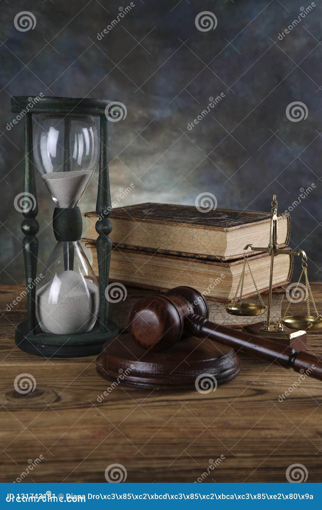Rechtsanwaltsbürohintergrund Gesetzessymbolzusammensetzung auf grauem Steinhintergrund