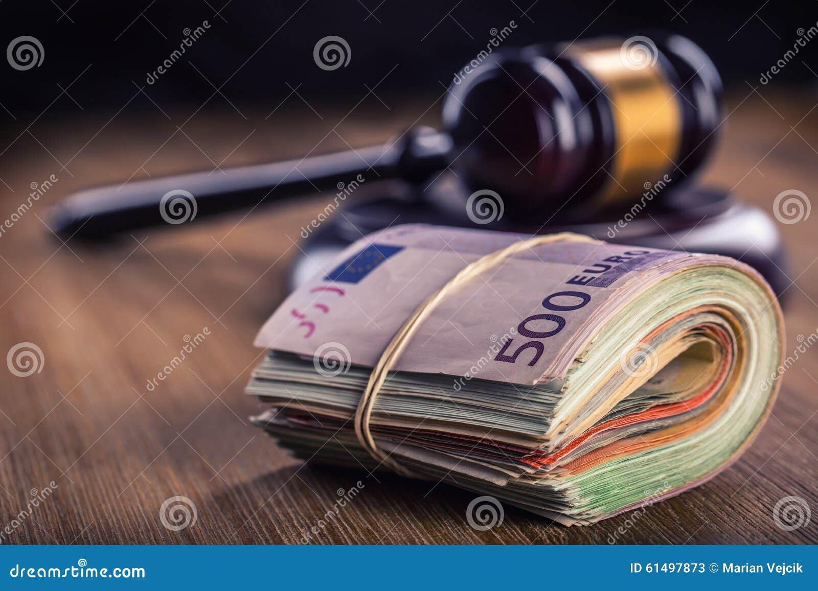 Rechtvaardigheid en euro geld Euro munt Hof hamer en gerolde Euro bankbiljetten Vertegenwoordiging van corruptie en omkoperij in