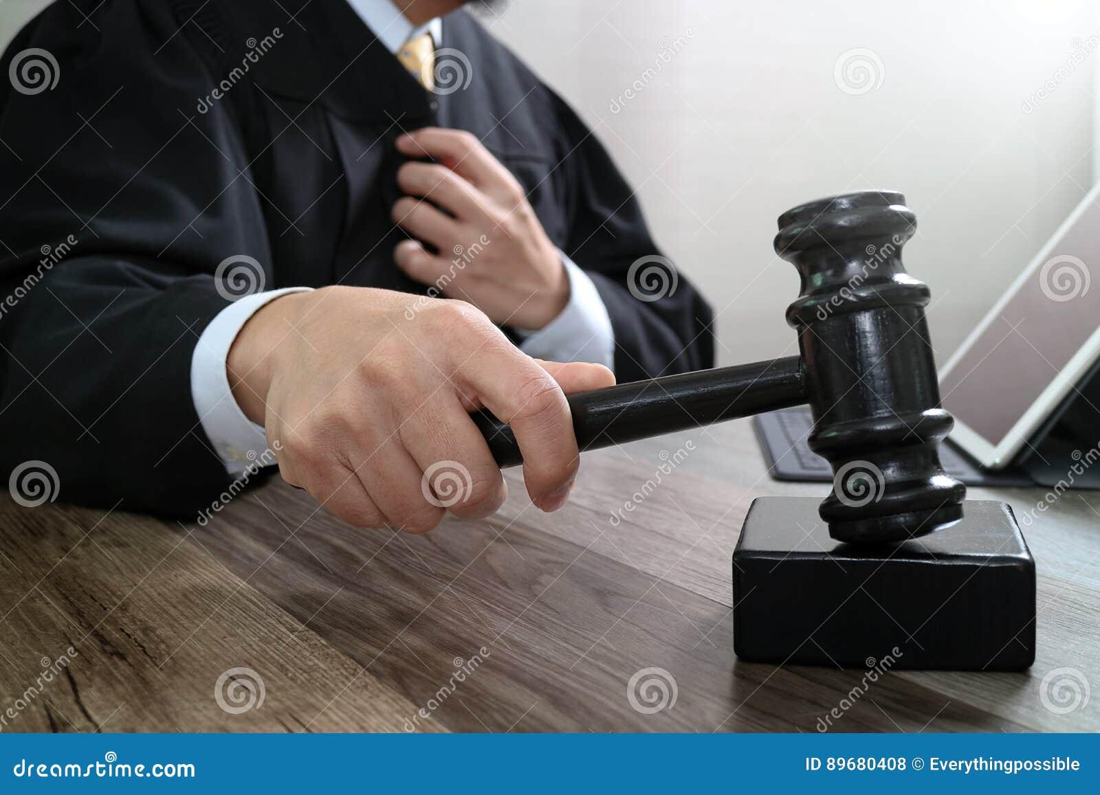 Rechtvaardigheid en wetsconcept Mannelijke rechter in een rechtszaal die g slaan