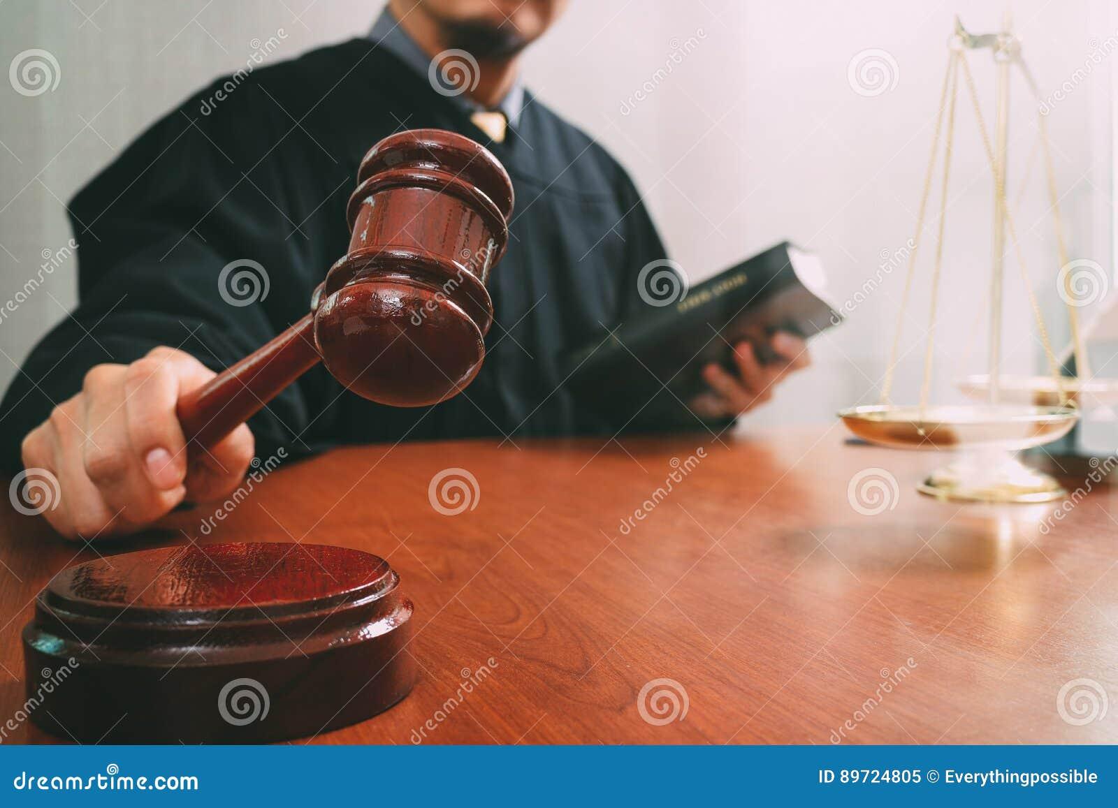 Rechtvaardigheid en wetsconcept Mannelijke rechter in een rechtszaal met de hamer