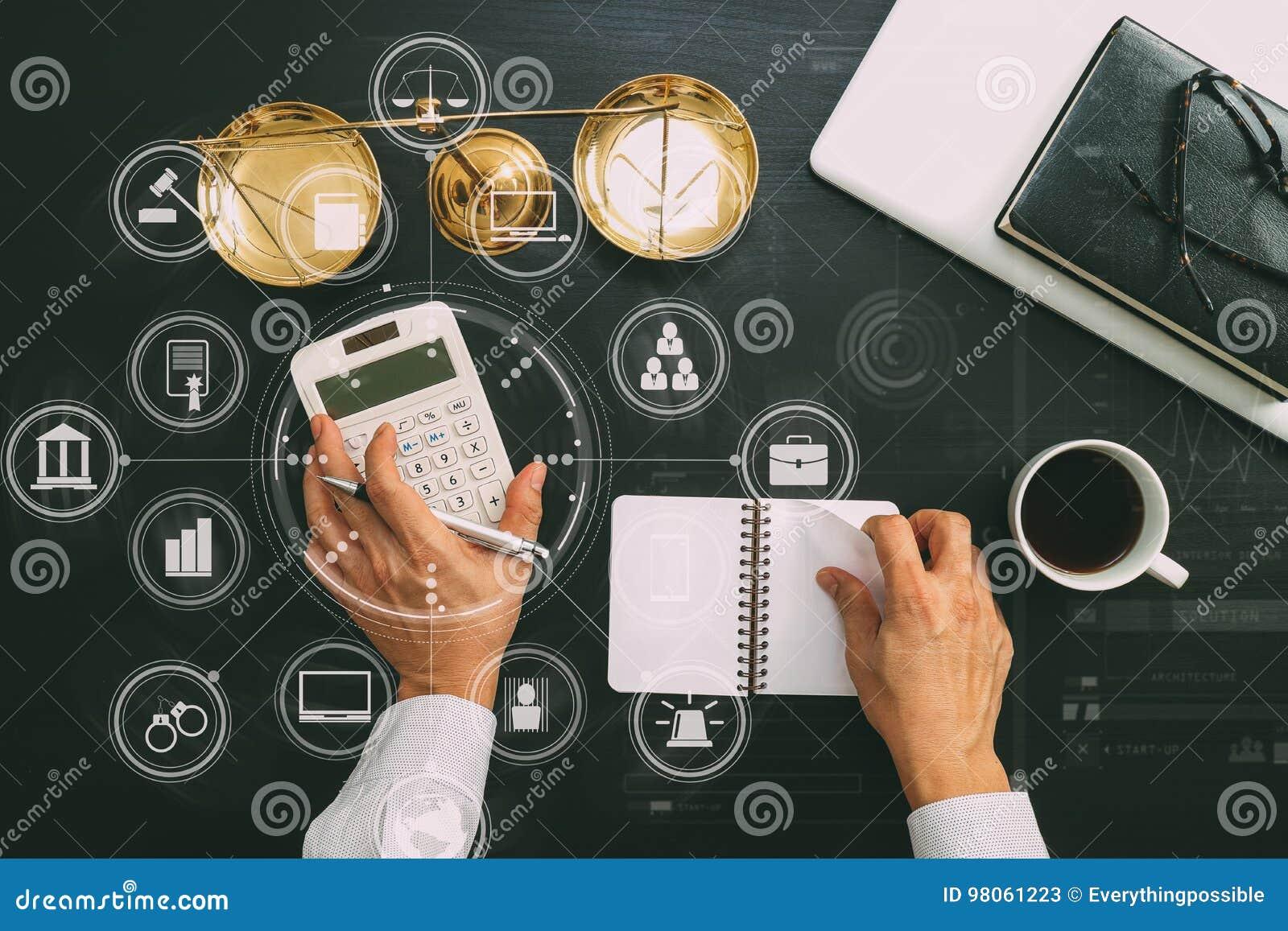 Rechtvaardigheid en wetsconcept zakenman of advocaat of accountants het werk