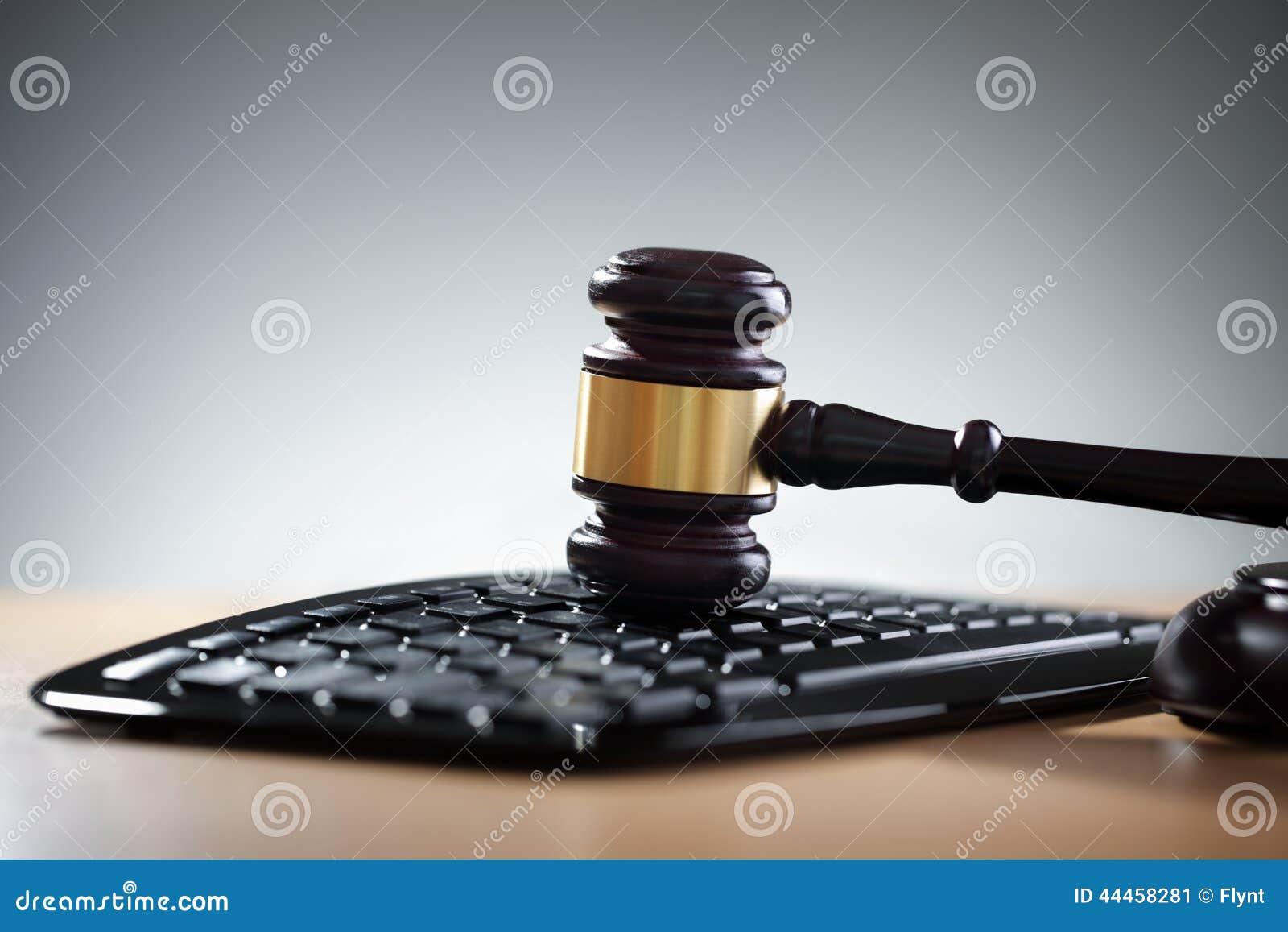 Rechtvaardigheidshamer en computertoetsenbord