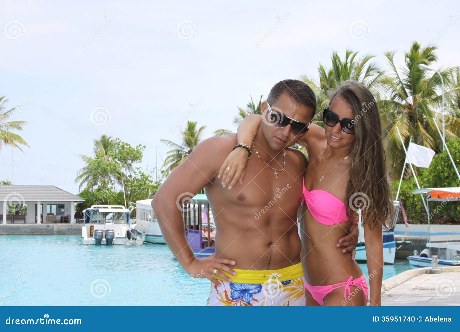 Recién casados románticos en Maldivas