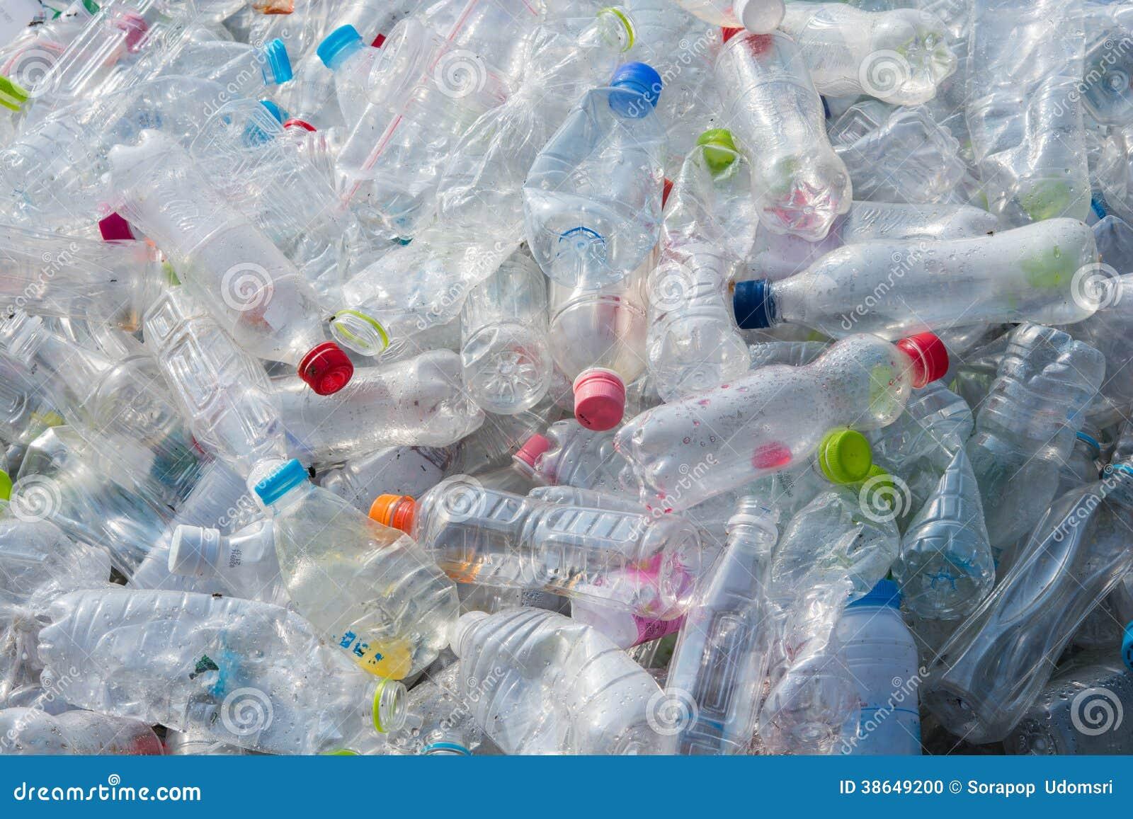 Recicle las botellas de agua plásticas