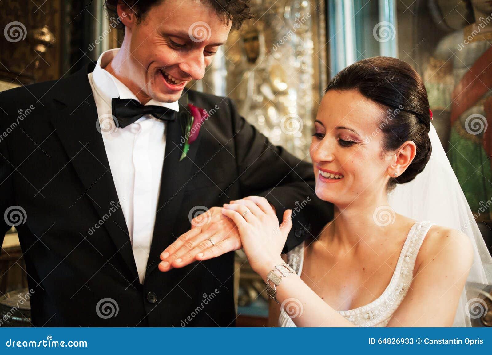 Recienes casados con los anillos en iglesia