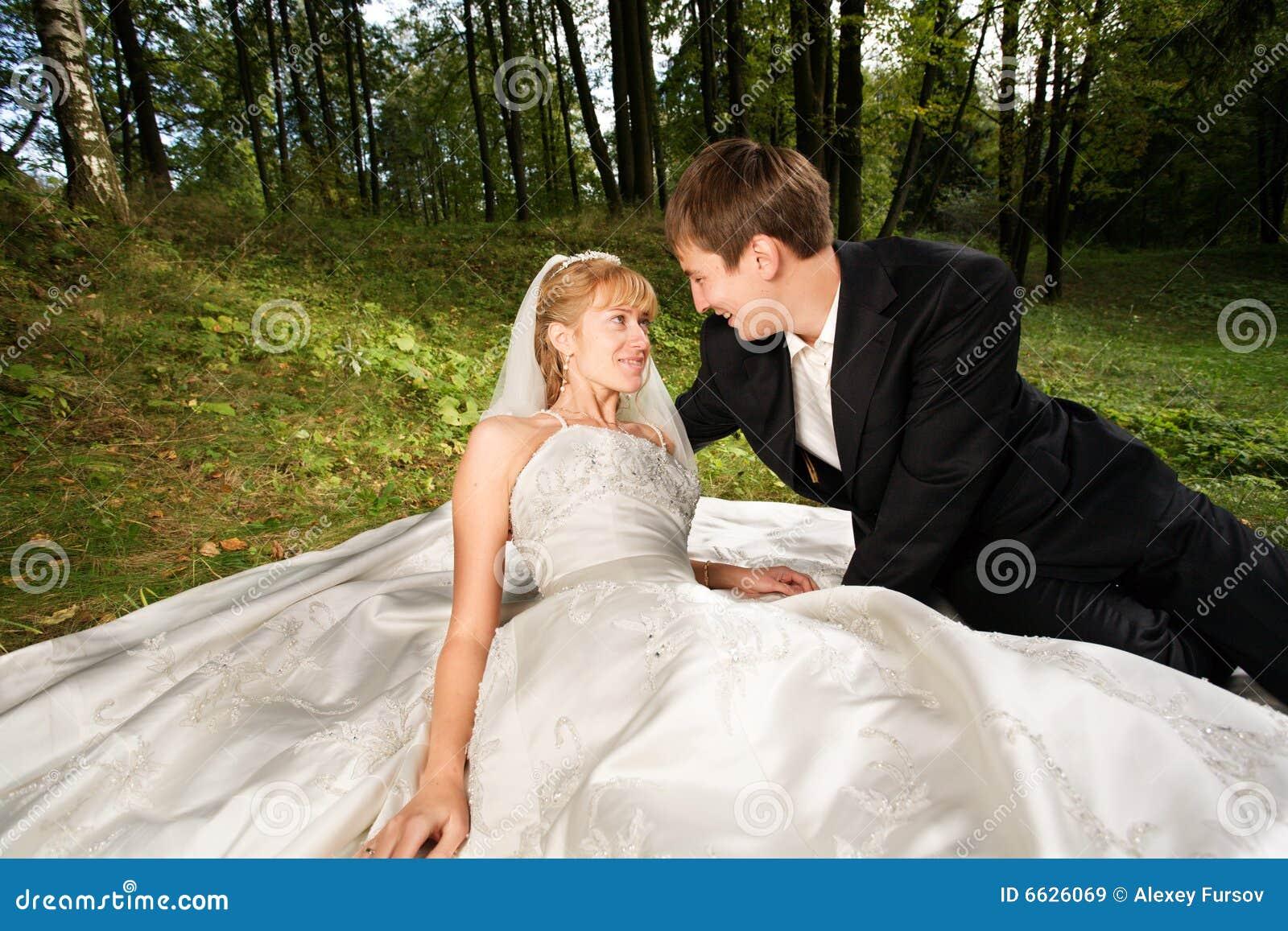 Recienes casados en la naturaleza