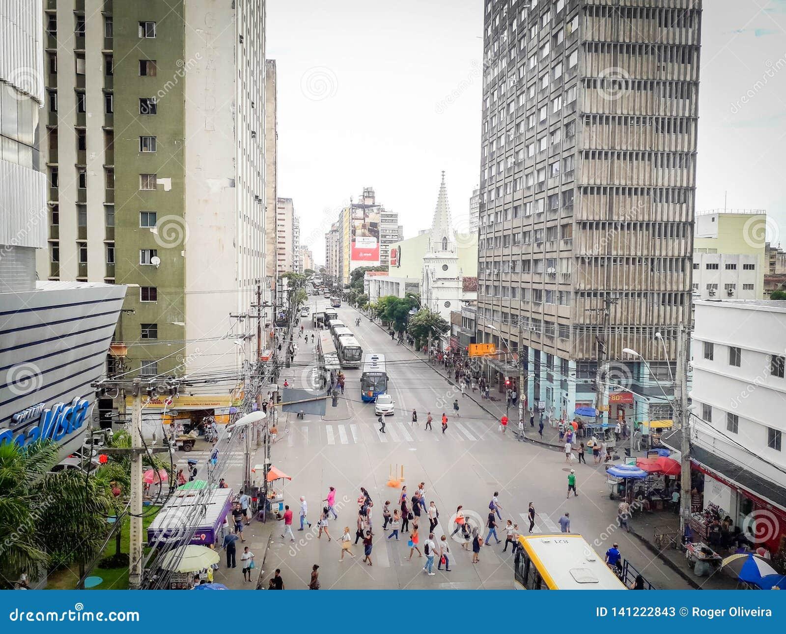 Recife, Brasile - 5 gennaio 2019 La gente che cammina sulla via