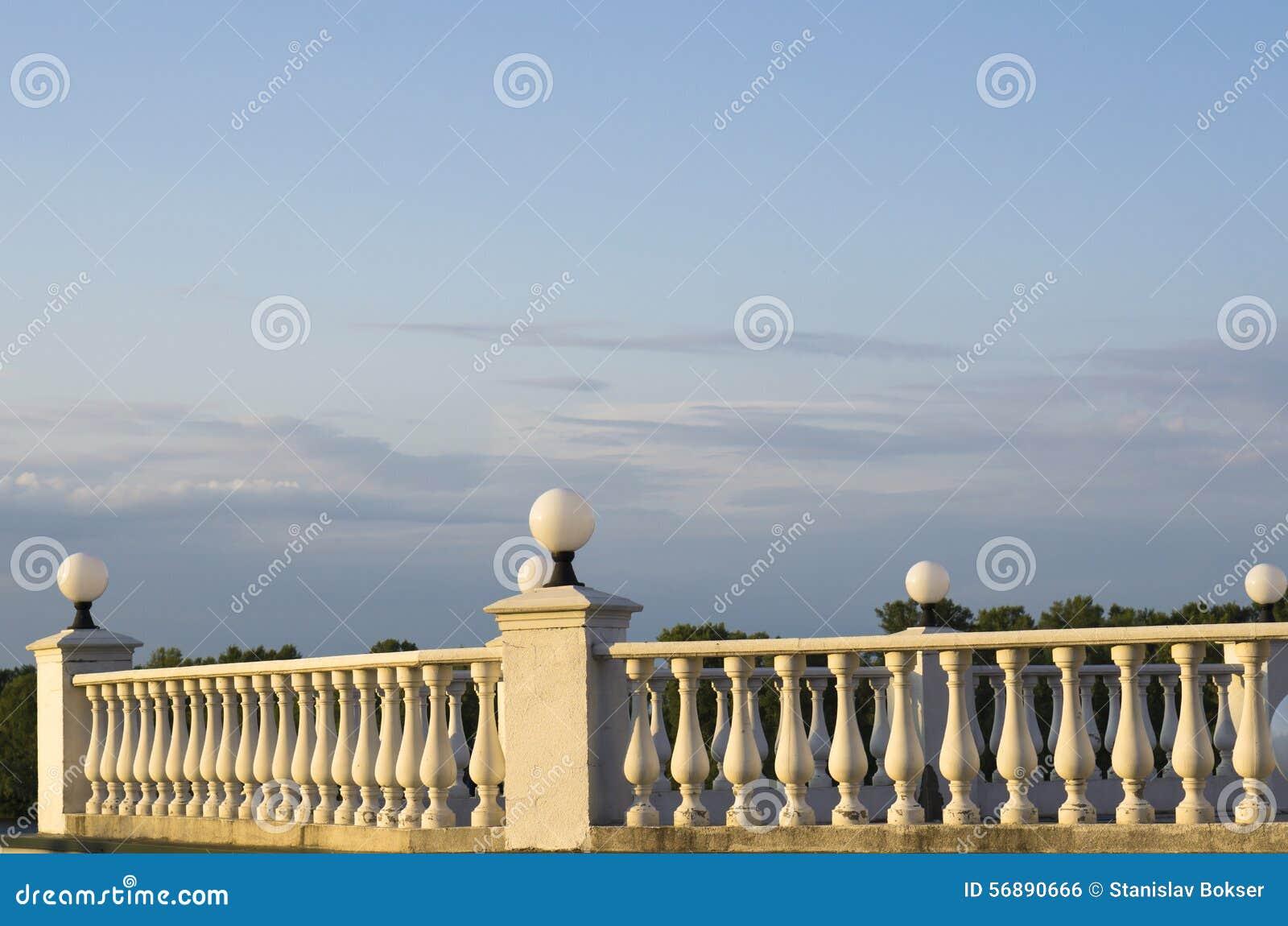 Recinto decorativo delle colonne su passeggiata su fondo di cielo blu