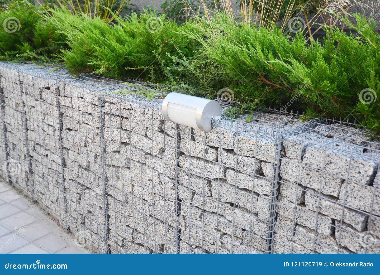 Recinto del gabbione con le pietre nella rete metallica e nell