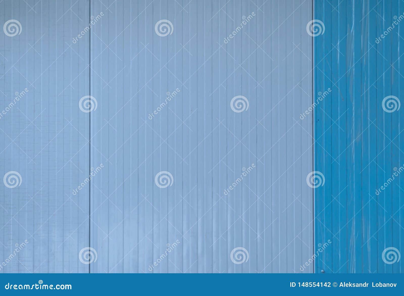 Recinto del metallo di colore blu con ruggine