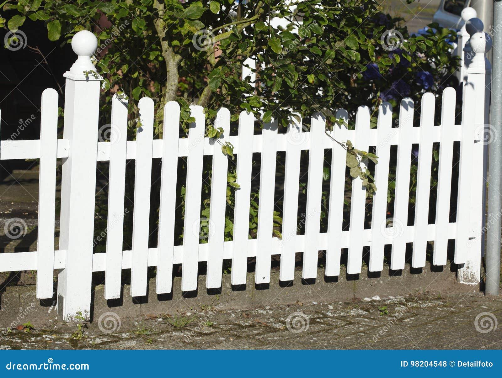 Staccionata Bianca In Legno recinto di legno bianco del giardino fotografia stock
