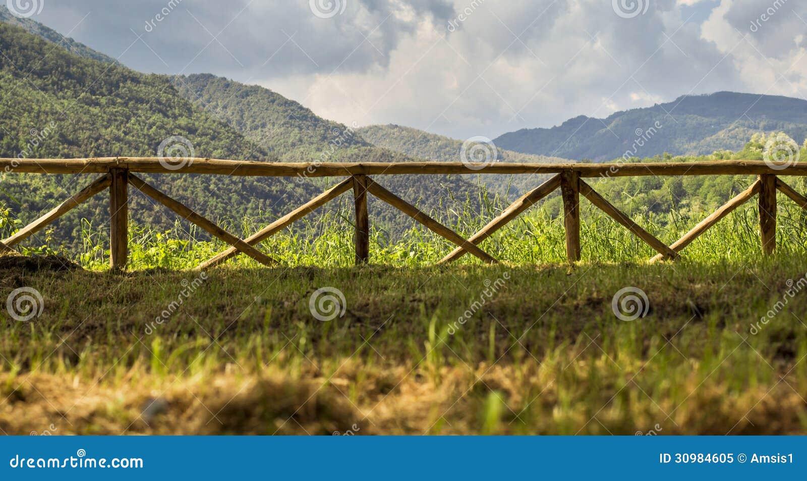 Recinto di legno con il paesaggio di mountain view for Recinto in legno